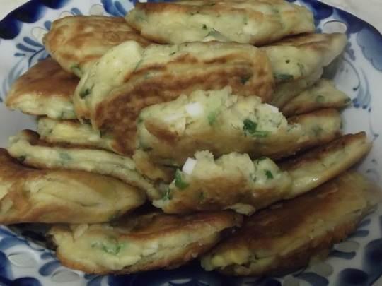 Зеленый лук и вареные яйца – одна из традиционных несладких начинок для пирожков.