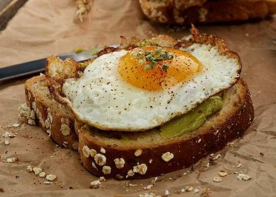 Яйца, овощи, поджаренный хлеб, сыр, апельсиновый сок — классика настоящего завтрака.