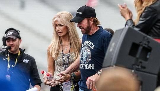 77-летний актер Чак Норрис рассказал, что ушел из кино ради помощи 54-летней жене Дженне, которая страдает от неясного заболевания.