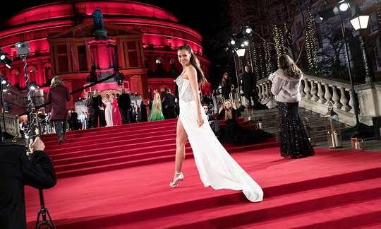 4 декабря в Лондоне прошла ежегодная церемония Fashion Awards 2017, в рамках которой наградами отметили достижения работников модной индустрии.