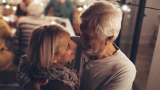 Принято считать, что в пожилом возрасте люди уже не ищут сумасшедшего секса и стремятся обрести дружеские отношения с потенциальным партнером.