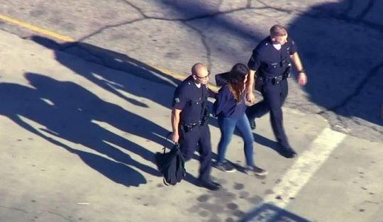 В Лос-Анджелесе, штат Калифорния, 12-летнюю девочку задержали по подозрению в стрельбе в местной школе.