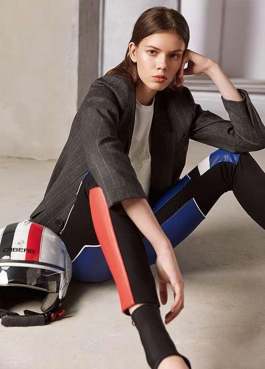 Мотоциклетные брюки, сшитые из кусков цветной кожи, и пиджак в полоску — встречаемся в «Гараже»