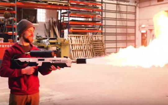 По словам изобретателя-любителя, для воспроизведения огнемёта он использовал запчасти, купленные в Интернете.