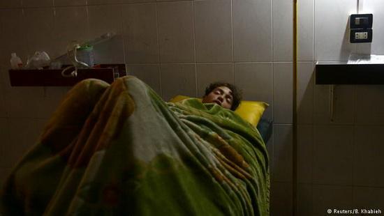 Генеральный секретарь ООН Антониу Гутерриш осудил удары по больницам в Восточной Гуте. Он сообщил, что более 700 больных и раненых нуждаются в срочной эвакуации.