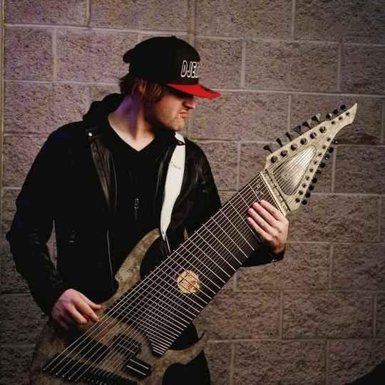 Гитарист-фанатик Джаред Дайнс всегда мечтал о собственном инструменте с количеством струн более 17-ти.