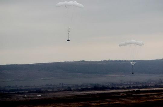 Парашютные системы для десантирования тяжелой техники с людьми появились в российской армии.