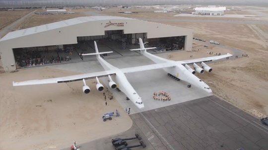 Двухфюзеляжный самолет Stratolaunch Model 351 прошел скоростные тесты и разогнался до рекордных 74 километров в час.