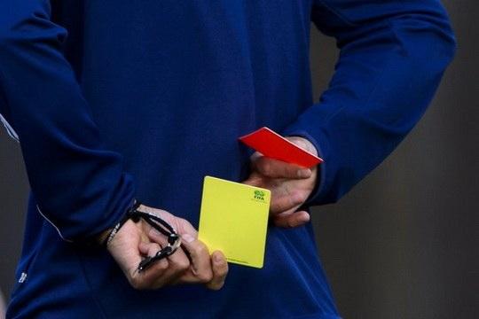 До конца 1960-х годов у футбольных судей не было карточек, а предупреждения они просто фиксировали в блокноте.