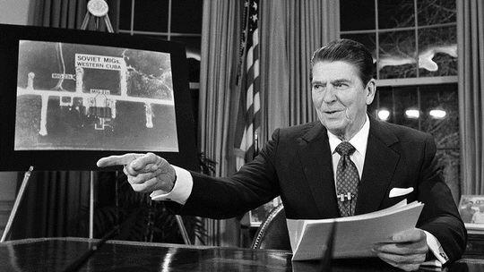 В случае обмена ядерными ударами погибнут до 100 млн. советских граждан и до 80 млн. американцев - так в США в 1983 году, во время наихудших отношений между двумя странами, оценивали последствия ядерной войны