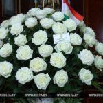 ОДНАКО: президент Таджикистана передал Лукашенко корзину белых роз