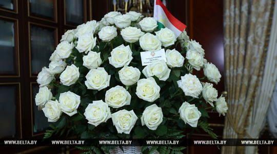 Президент Таджикистана Эмомали Рахмон передал президенту Беларуси Александру Лукашенко корзину белых роз