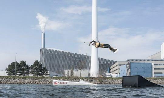 Новая электростанция в Копенгагене, запущенная в марте 2017 года, работает исключительно за счет сжигания твердых бытовых отходов.