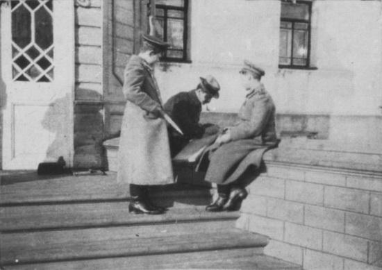 Цесаревич Алексей Николаевич, Коля Деревенко и Пьер Жильяр на крыльце Губернаторского дома в Тобольске.