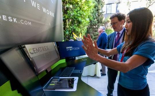 Компания Cemtrex выпустила уникальный умный стол SmartDesk, в котором реализовано огромное количество наворотов