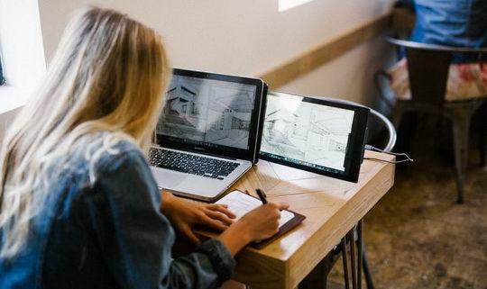 Аксессуар Duo от стартапа Mobile Pixels – компактный дисплей, который монтируется рядом с базовым экраном, когда в нем есть необходимость.