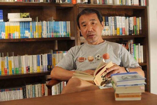 Харуки Мураками родился в 1949 году в Киото, в семье преподавателя классической филологии.