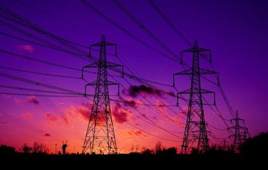Гудят не провода - это гудит воздух вокруг них.