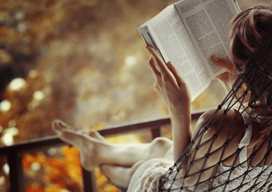 Обычно говорят, что, когда человек, лежа на спине, держит книгу в руках, ему трудно сохранять постоянное расстояние от текста до глаз.