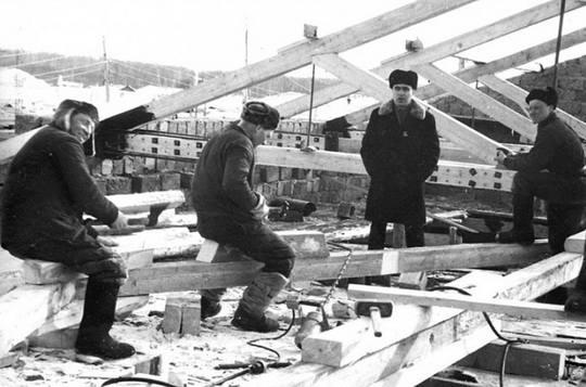 Шабашкой или колымничеством в СССР называли сезонные работы, обычно связанные со строительством или ремонтными работами