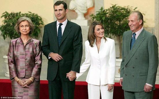 В день помолвки они постоянно держались за руки. / Фото: www.mz-mz.net