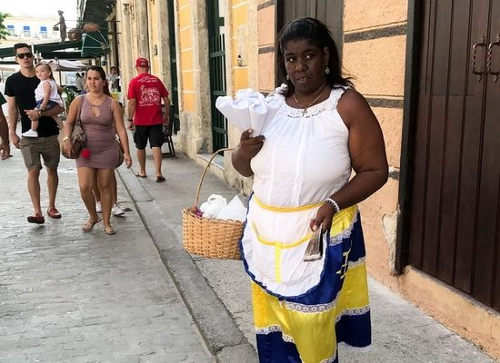 Традиционно кубинские снэки (жареные бананы, картошку и др.) продают в кульках