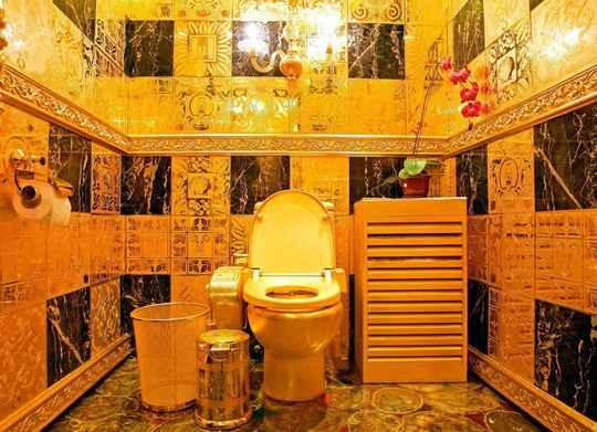 Слово «туалет» возникло в XVII веке во французском языке как уменьшительное от toile — «холст», «полотно».
