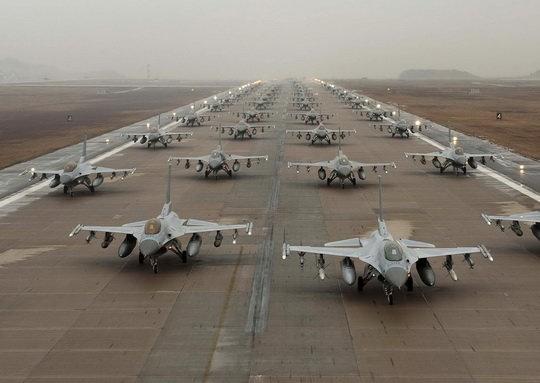 ВВС США проводят авиационные учения со своими союзниками в Европе, модернизируют авиабазы, тестируют аэродромы быстрого развертывания.