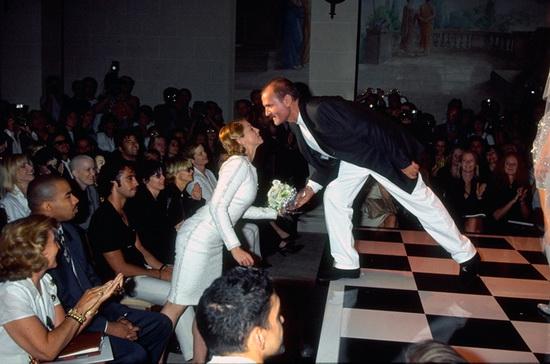 Мадонна и Джанни Версаче на показе кутюрной коллекции Versace осень-зима 1996