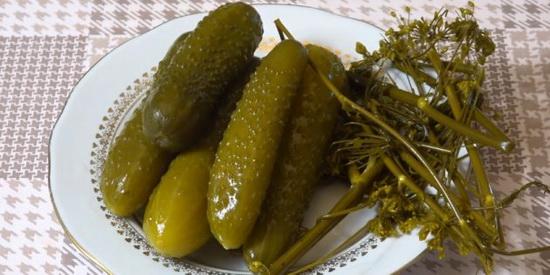 Солёные огурцы с ржаным хлебом