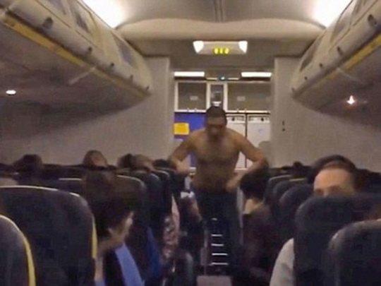 Вчера мужика в самолёте стюардессы час успокаивали.