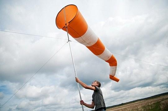 Ветер, являющийся не чем иным, как перемещением воздуха, так же как и вода, движется из области с более высоким давлением в места с более низким.
