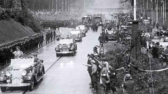 Первые два года после прихода к власти Гитлер пытался вывести идущую ко дну экономику Германии с помощью популистской программы.