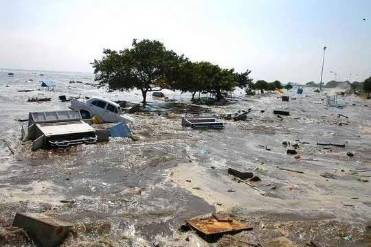 В результате землетрясения в Индийском океане 2004 года и последовавшего за ним цунами погибли и пропали без вести до 300 000 человек.