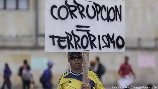 Колумбийцы пытаются побороть коррупцию при помощи всенародного референдума по семи мандатам: недопуск коррупционеров на госдолжности, снижение депутатских зарплат и т.д.