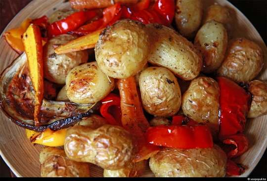 Овощи в духовке, запеченные слоями, - это яркое, красочное блюдо, благодаря которому Вы снова и снова откроете для себя новые вкусовые ощущения, казалось бы, обычных продуктов.