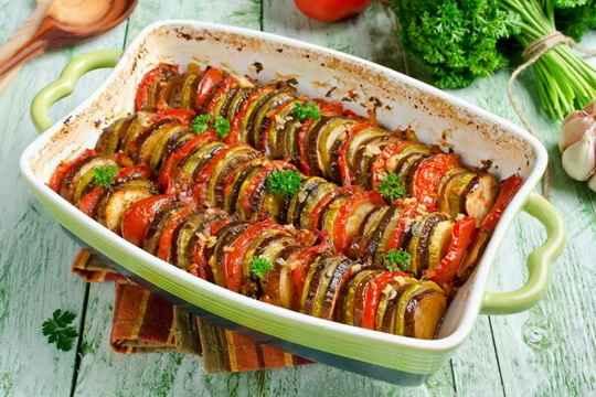 Сытное, ароматное и очень простое блюдо из перцев, кабачков, помидоров и баклажанов.