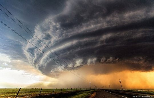 Смерчи торнадо обычно возникают в теплом секторе циклона, когда вследствие воздействия сильного бокового ветра происходит столкновение теплых и холодных воздушных потоков.