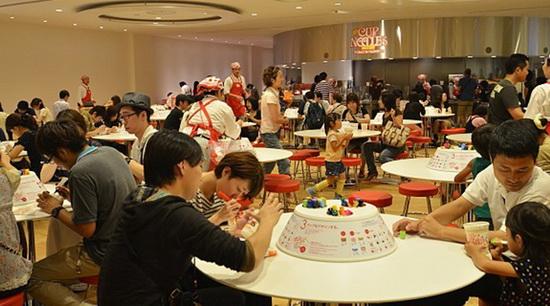 Посетители музея подписывают стаканчики с лапшой собственного приготовления. /Фото:sakura-house.com