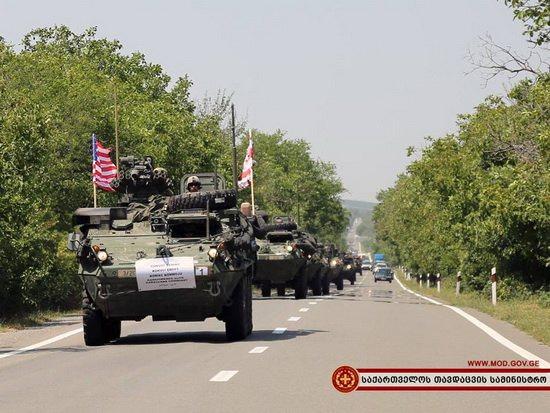 На учения в Грузию США перебросили из Европы военную технику, включая бронетранспортеры, боевые машины пехоты и пять танков.
