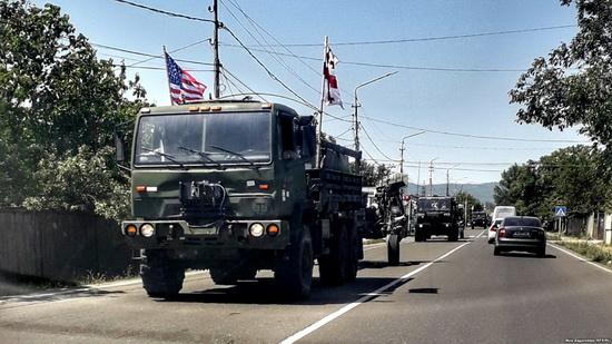 Всего в учениях примут участие 1170 американских военнослужащих, включая личный состав II кавалеристского полка сухопутных войск США в Европе, который прибыл в Грузию воздушным путем.