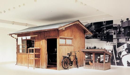 В таком сарае Момофуку экспериментировал с лапшой. Точная копия в музее в Йокогаме. /Фото: cupnoodles-museum.jp