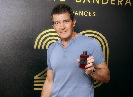 В июле Антонио Бандерас отметил 20-летие своего парфюмерного бренда, устроив вечеринку на собственной вилле в Испании.