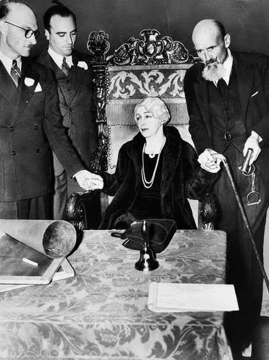 Гарри Гудини посвятил много времени разоблачению шарлатанов, якобы обладающих сверхъестественными способностями и особенно медиумов.