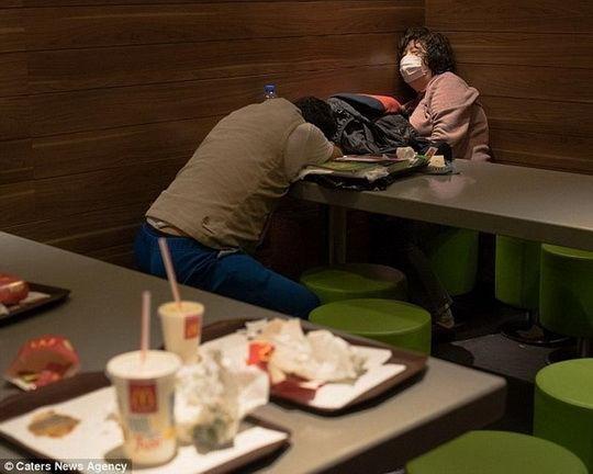 В Гонконге растет количество людей, которые ночуют в круглосуточных ресторанах сети McDonald's.