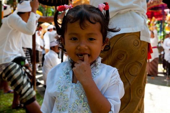 На Бали смерть детей (а иногда и взрослых) часто приписывается болезни, известной как кесамбет.