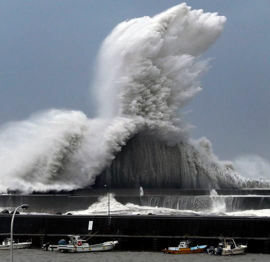 "Бушующий в Японии тайфун ""Джерби"" унес жизни трех человек."