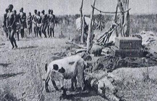 Антрополог Джек Гуди проанализировал похороны народности Лодагаа в Западной Африке.