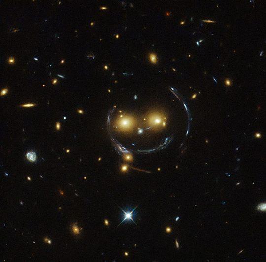 Астрономам известны так называемые кольца Эйнштейна-Хвольсона — оптические иллюзии, возникающие из-за гравитационных линз.