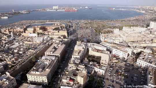 Во время продолжающихся в столице Ливии столкновений из тюрьмы в Триполи бежали более 400 заключенных.